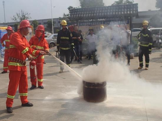 新津消防深入辖区重点单位微型消防站开展培训